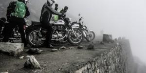 """... die Nebelwand mal verflüchtigt. Denn der Abgrund lauert überall. Nicht umsonst heißt der Rohtang: """"Leichenberg""""."""