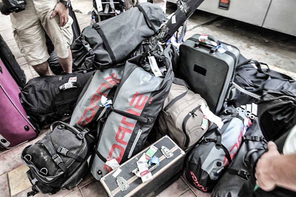 Reisen mit schwerem Gepäck. Ein kleiner Teil der Gesamtausrüstung. Jeder Teilnehmer wurde mit einer DANE Ausrüstung ausgestattet. Wie sich zeigen sollte, mußten insbesondere die Protektoren ihre Schutzkraft mehrfach nachweisen.