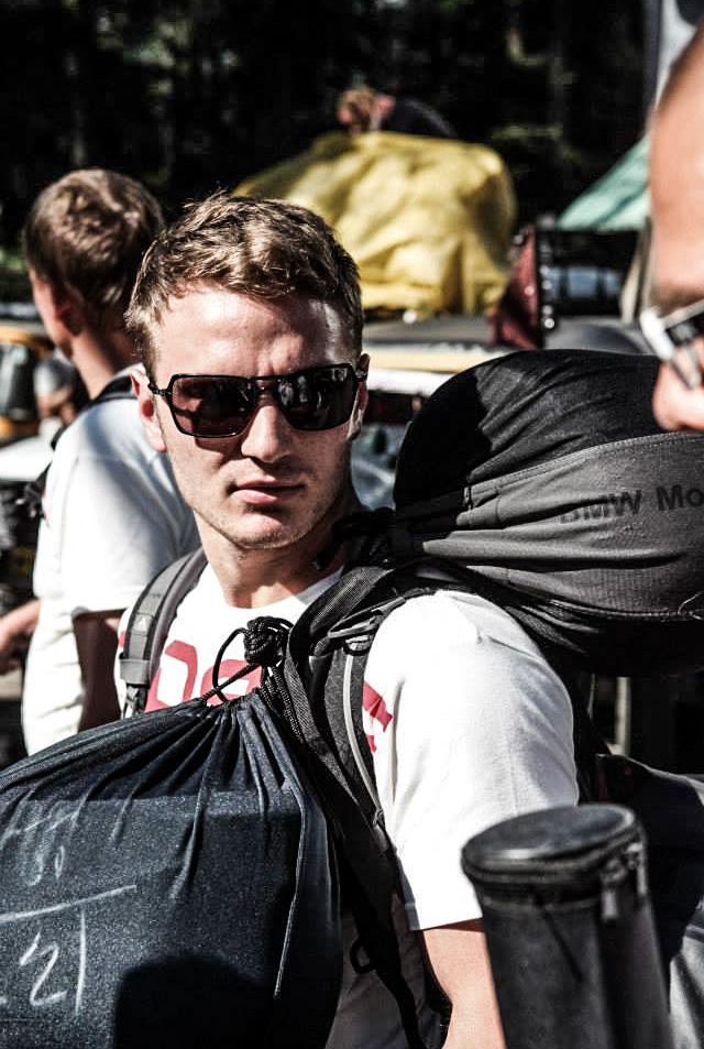 ...ins Himalaya Gebiet. Auf zu 1500km über die höchsten befahrbaren Pässe der Welt. Demnäxt mehr. Auch von dem jungen Steve McQueen.